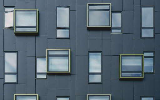 Fasada ispunjena prozorima raznih oblika i dimenzija